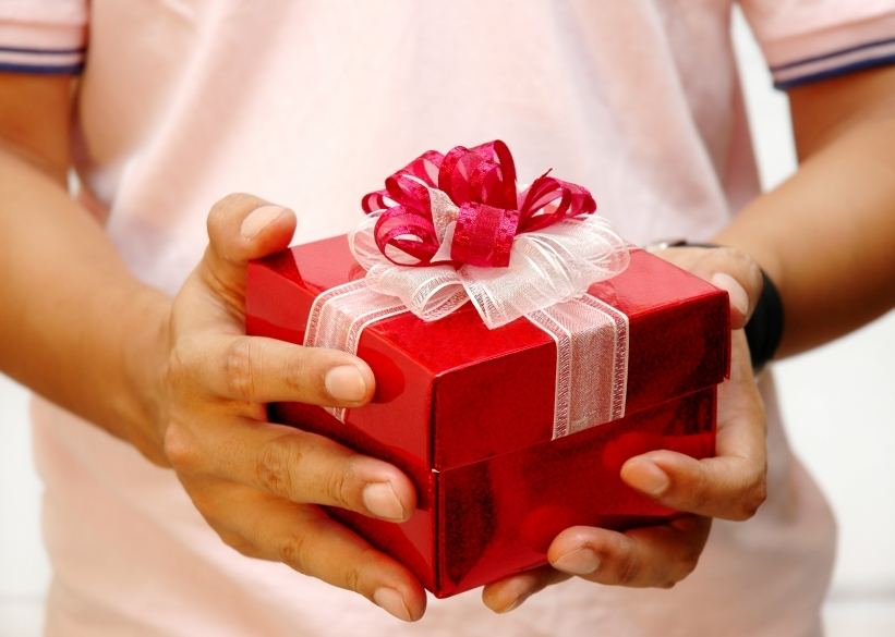 Как подарить подарок на день рождения видео