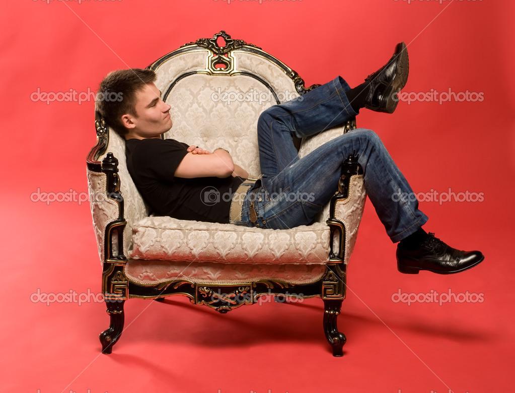 Парень с девушкой на стуле фото
