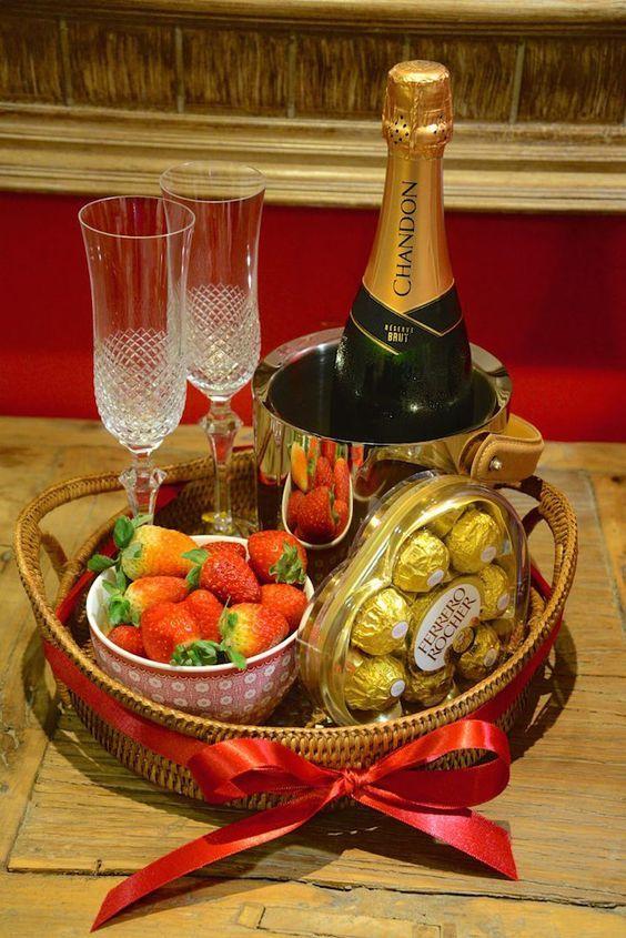 Открытка с шампанским и тортом