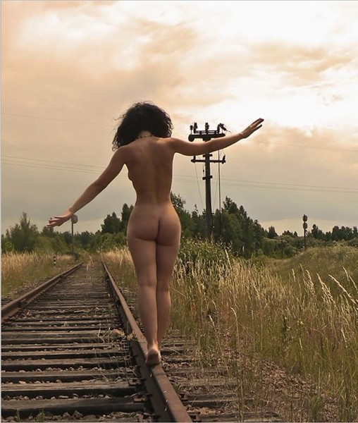 Голая девушка на фоне железной дороги #14