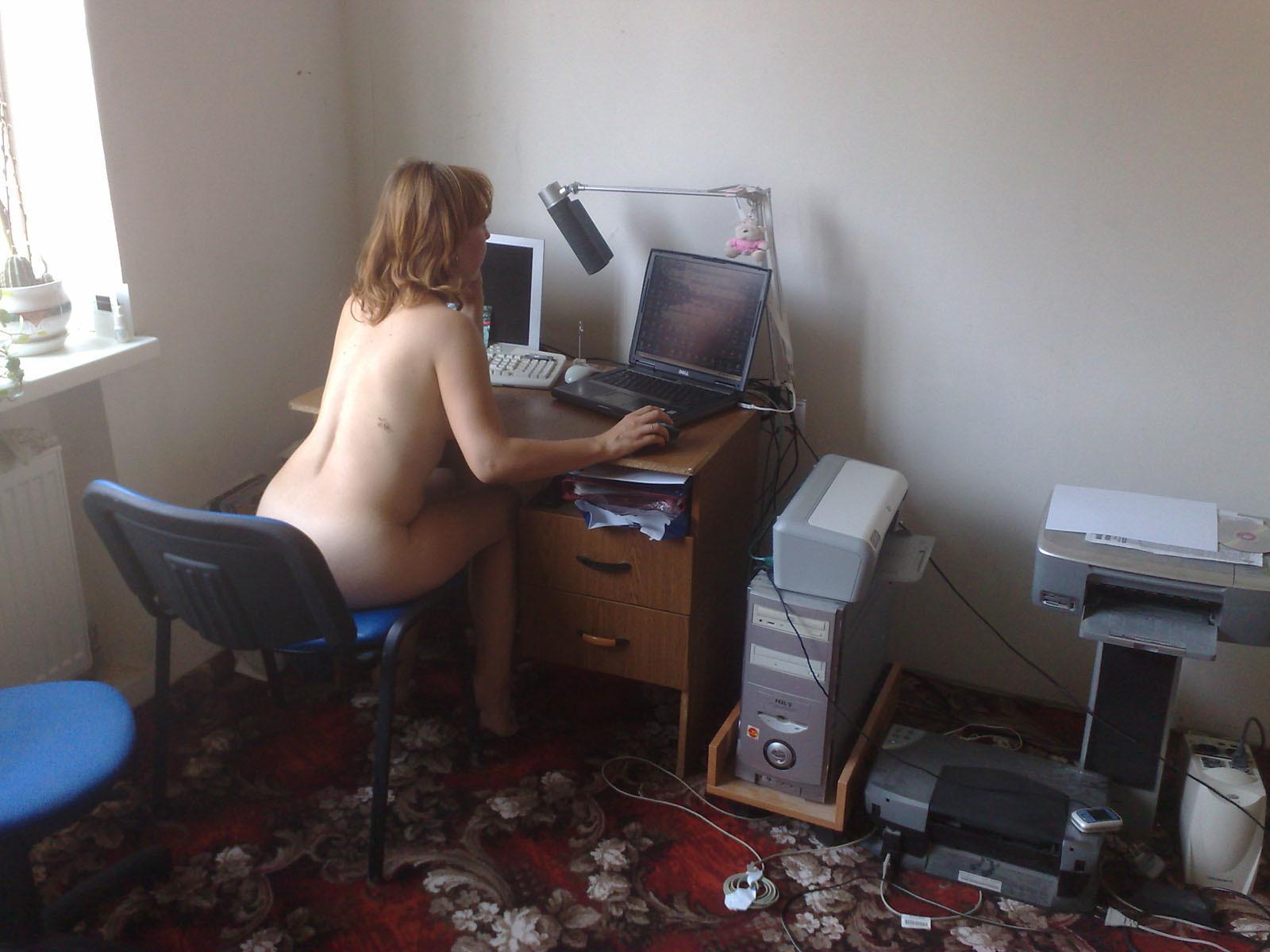 Лучших анальных голые девушка с черными волосами у компьютера вечеринка курских