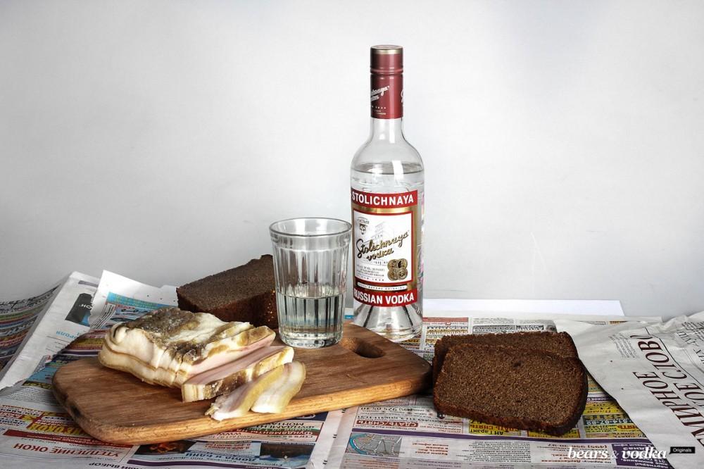 Днем, картинка с бутылкой водки на столе