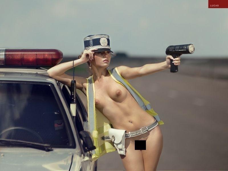 Молодых голая телка в полицейской машине девушки мощно