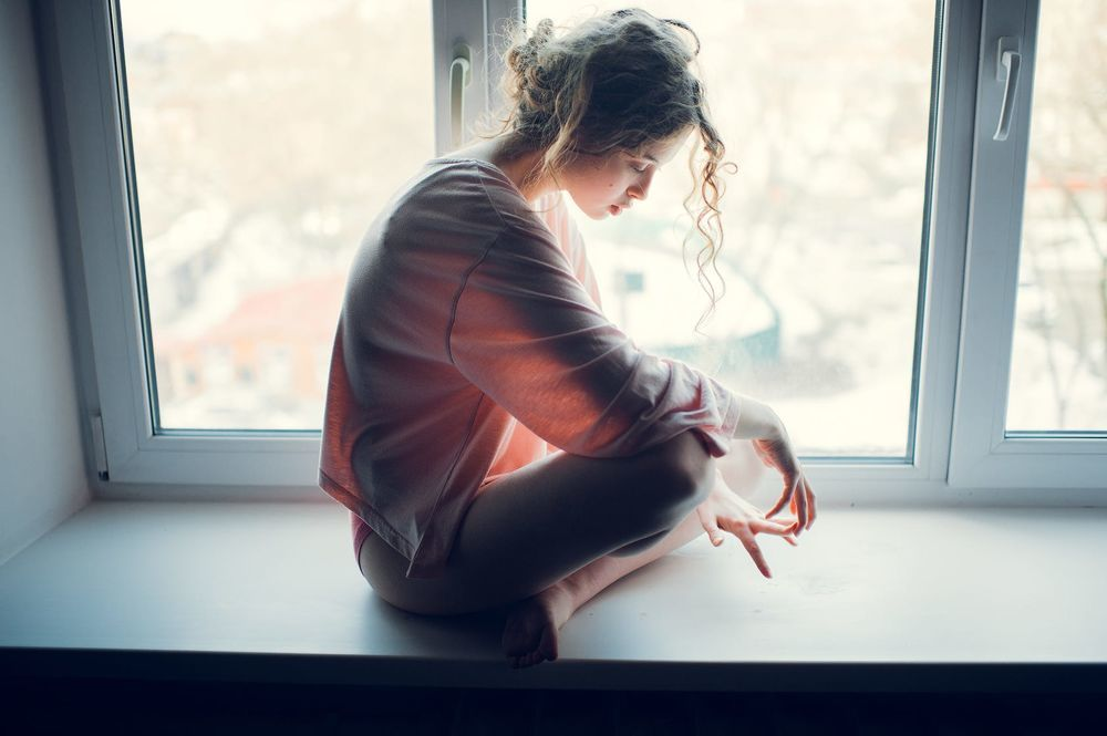 Картинки грустная девушка у окна, сочетания