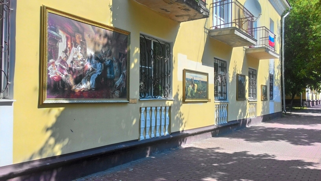 Картины из музея на стенах домов